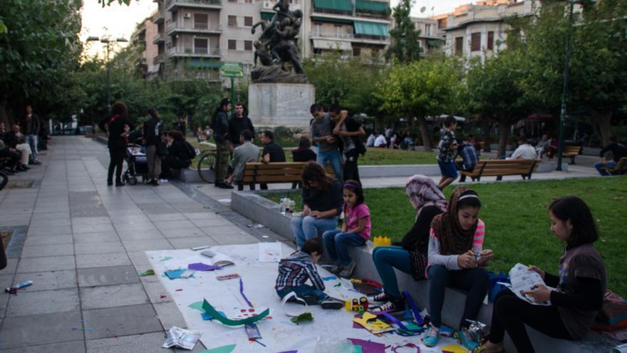 Niñas musulmanas juegan en la plaza Victoria en Atenas, escenario habitual de redadas raciales. Foto: Clara Palma Hermann