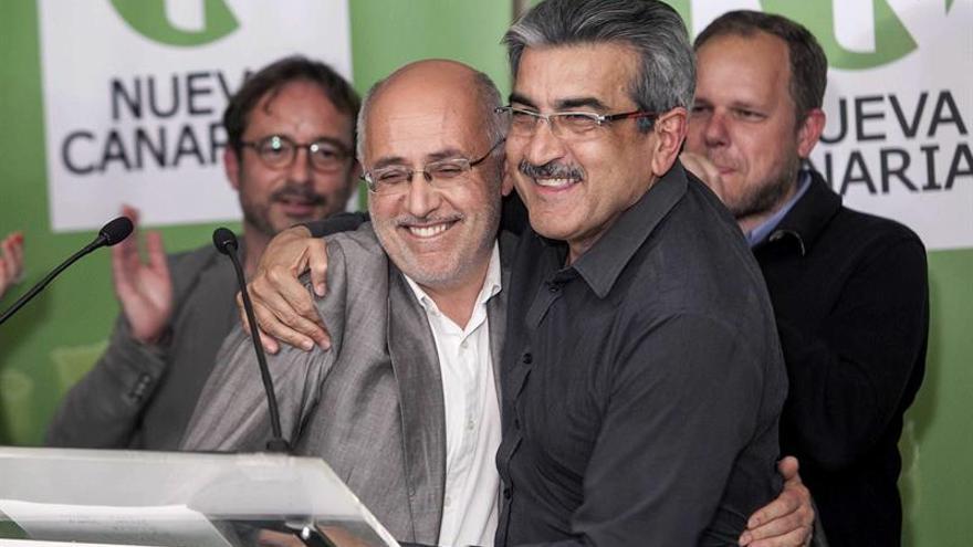El candidato de Nueva Canarias al Parlamento Canario, Román Rodríguez (d), y al Cabildo de Gran Canaria, Antonio Morales, celebran su resultado en la elecciones municipales y autonómicas. (EFE/Ángel Medina G.)