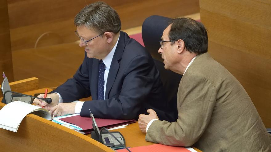 El conseller de Hacienda, Vicent Soler, dialoga con el president Ximo Puig en las Corts