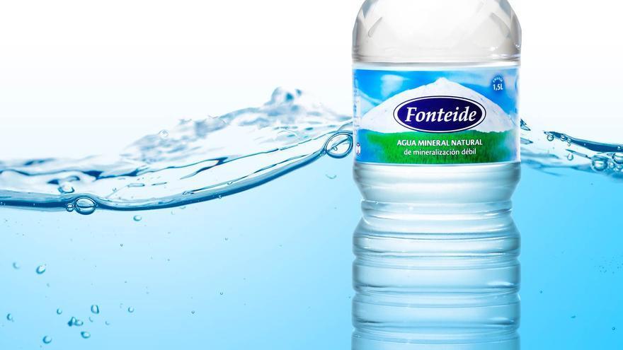 Imagen promocional del agua Fonteide, con planta industrial en La Orotava