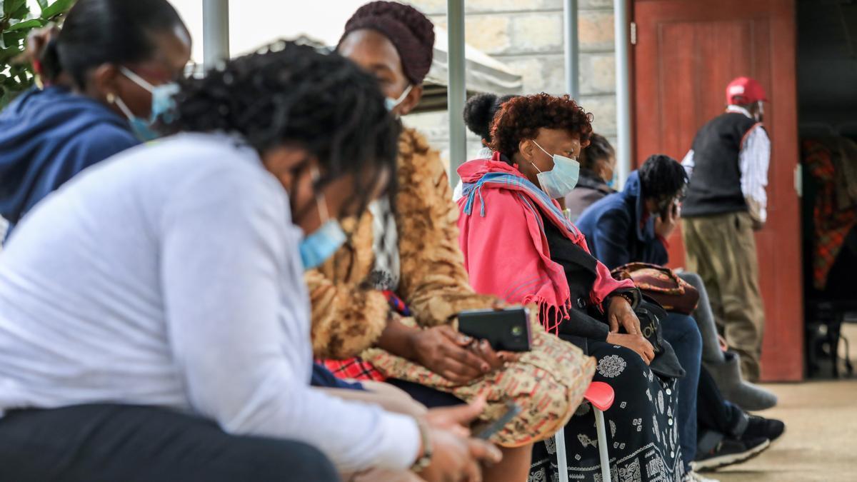 Ciudadanos de Nairobi esperan su turno para ser vacunados con el preparado de Astrazeneca en hospital de la ciudad.