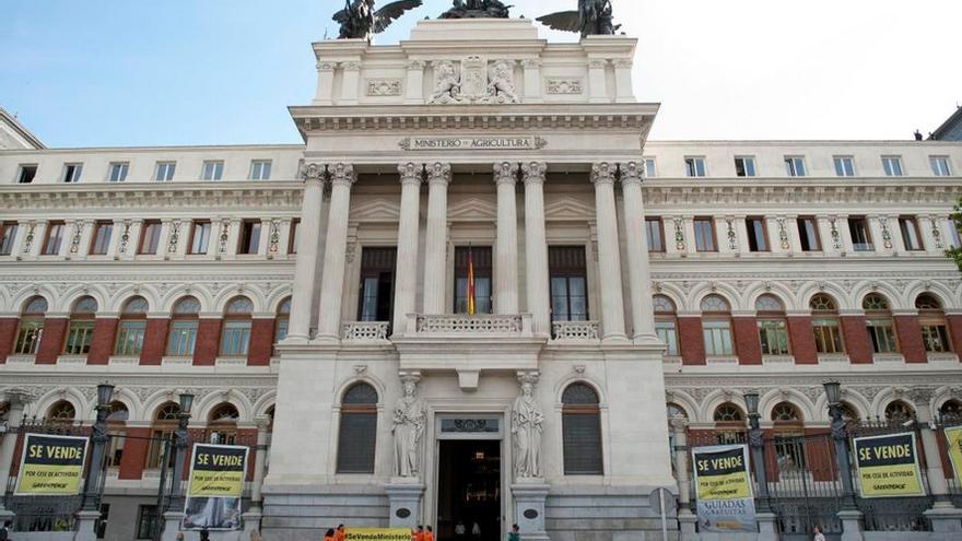 Acción de Greenpeace en la que han empapelado el Ministerio de Agricultura y Medio Ambiente. / (c) Greenpeace/Mario Gómez.
