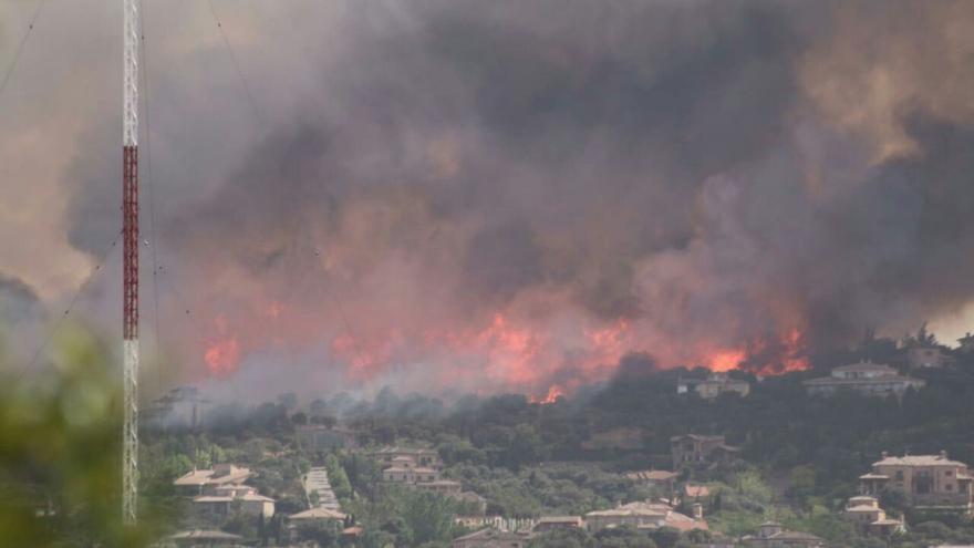 Imagen de las llamas que puede verse desde varios puntos de la capital de Castilla-La Mancha