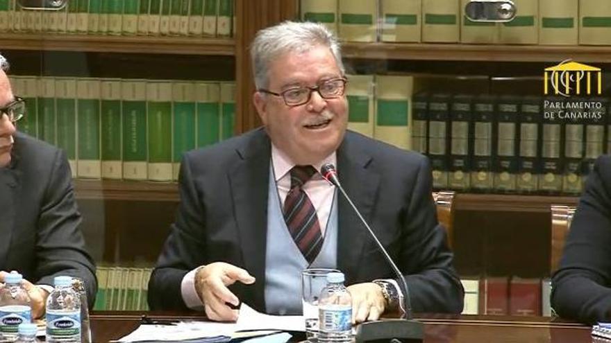 El dirigente de Unidos Por Gran Canaria (UxGC), José Miguel Bravo de Laguna, presenta su propuesta de reforma electoral en el Parlamento canario.