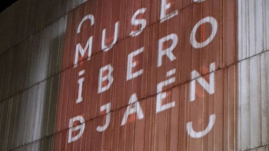 La proyección 'El origen de un mundo' sobre su fachada abre los actos previos a la inauguración del Museo Íbero