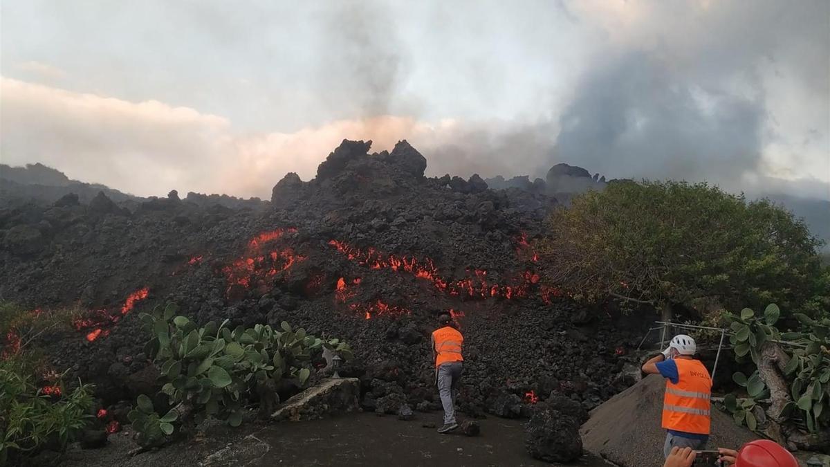 Técnicos del Instituto Volcanológico de Canarias (Involcán) toman muestras de las coladas de lava del nuevo volcán de La Palma para realizar análisis petrológicos.
