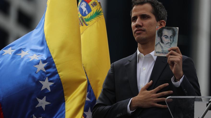 Juan Guaidó jura el cargo como presidente de Venezuela