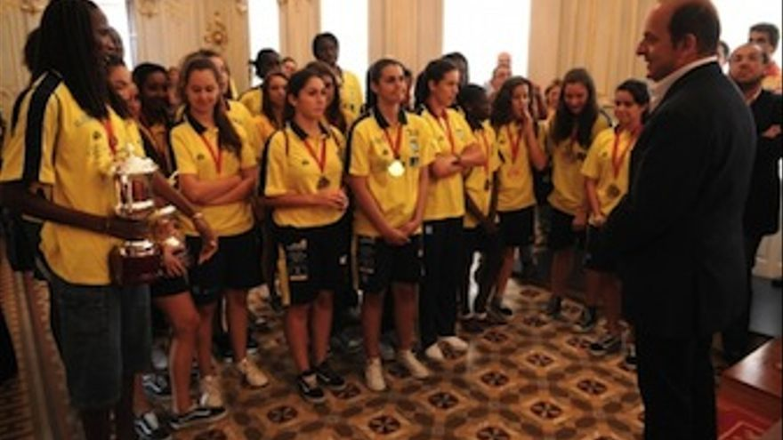 Las jugadores del CB Islas Canarias, junto con el alcalda Juan José Cardona. (Acfi Press)