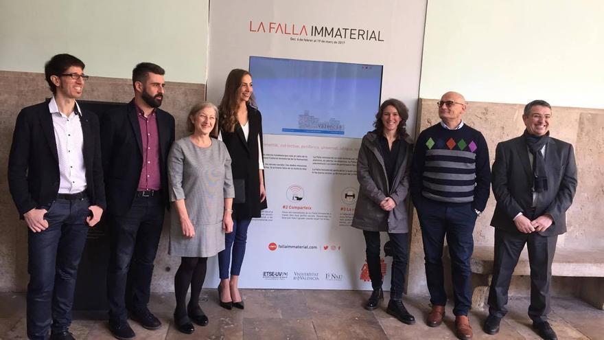 Los representantes de la Universitat de València y del Ayuntamiento, con la Fallera Mayor de Valencia, en la presentación de la falla inmaterial