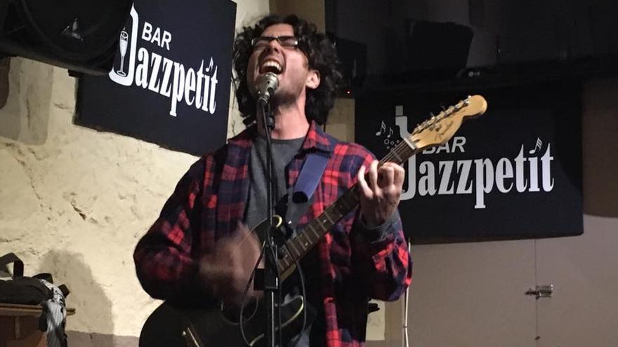 Rodrigo Leite tocando en el bar Jazzpetit de Barcelona