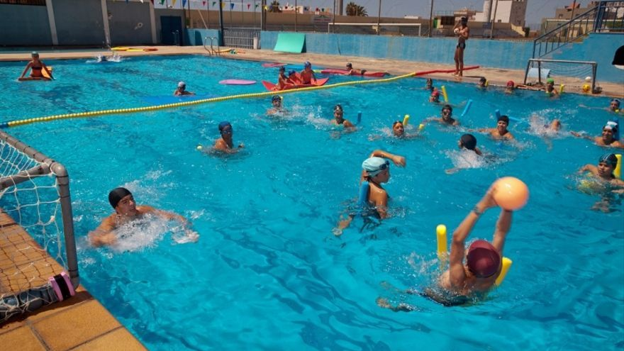 En la imagen, usuarios de la piscina municipal de Los Llanos. Foto: AYUNTAMIENTO DE LOS LLANOS.