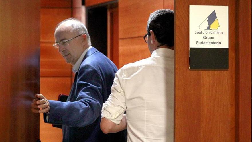 Los dirigentes del PSOE Francisco Hernández Spínola y Javier Abreu (d). (Efe/Cristóbal García).
