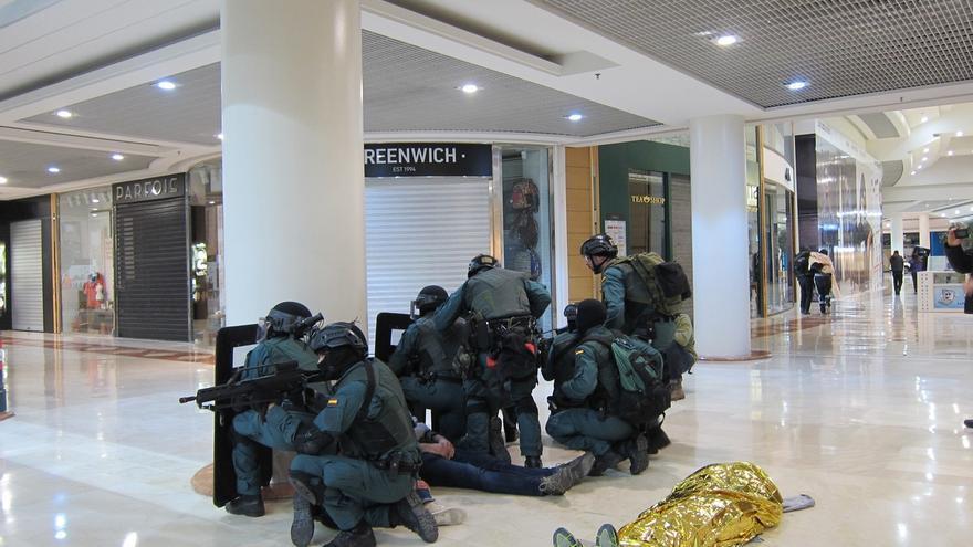 Más de 250 personas participan en un simulacro de atentado yihadista en el centro comercial La Morea