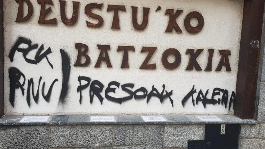 """Atacan el batzoki de Deusto, en Bilbao, con pintadas de presos, y PNV pide una condena unánime y """"contundente"""""""