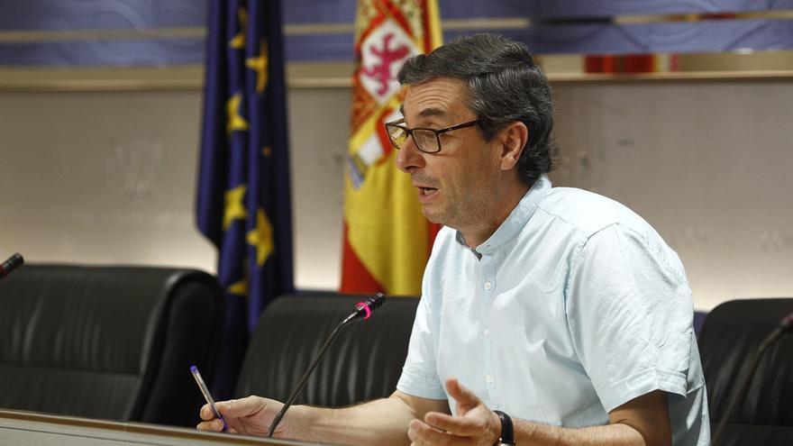 Centella (IU) cree que Viera, imputado por los ERE, hace un favor al PSOE renunciando a su escaño del Congreso