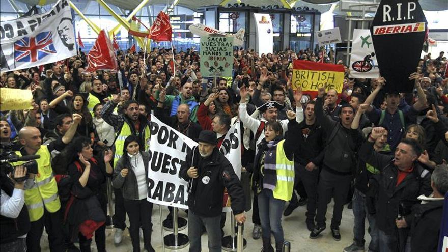 Unos 8.000 empleados de Iberia se concentran en Barajas contra el plan de la empresa. / Efe