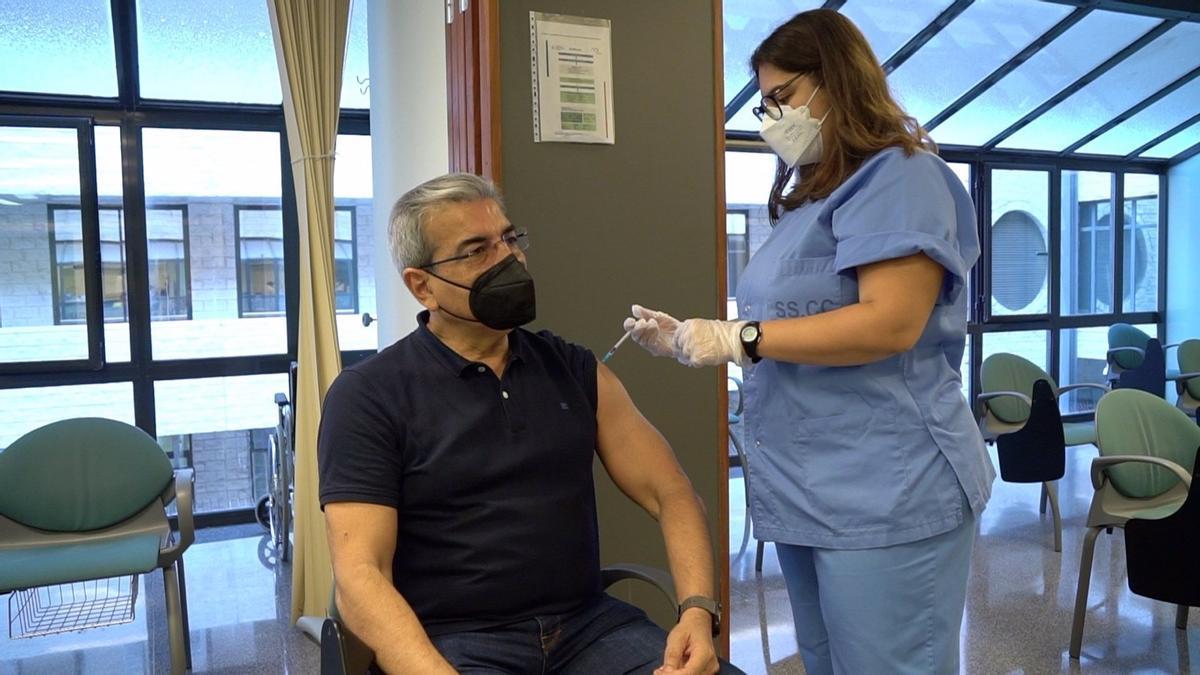 Román Rodríguez, en el momento de recibir su dosis de la vacuna de AstraZeneca
