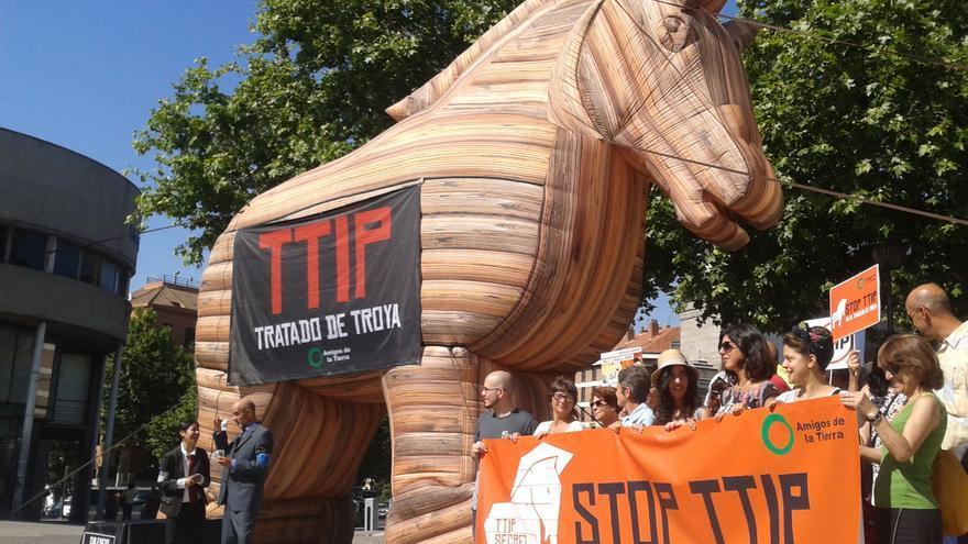 Los detractores del TTIP lo consideran un caballo de Troya.