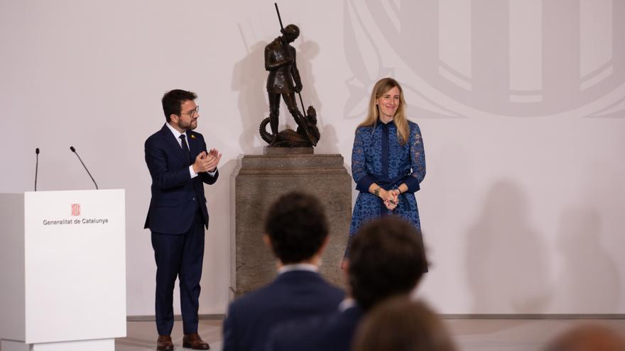 La consellera de Acción Exterior y Transparencia, Victòria Alsina (d), toma posesión del cargo junto al president de la Generalitat, Pere Aragonès (i), a 26 de mayo de 2021, en Barcelona, Catalunya (España).    Los consellers del nuevo Govern presidido po