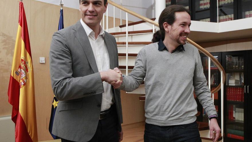 El secretario general del PSOE, Pedro Sánchez, y el dirigente de Podemos, Pablo Iglesias, en una reunión.