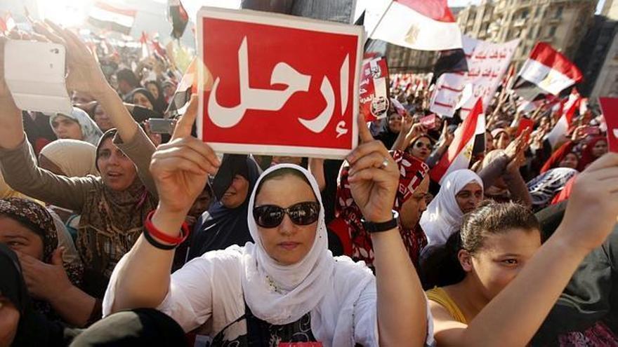Protestas contra Morsi. Cartel en el que se lee Erhal (vete). (EFE)