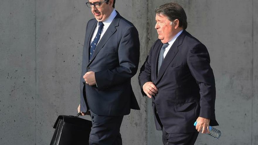 El el expresidente José Luis Olivas (d) a su llegada a la Audiencia Nacional .