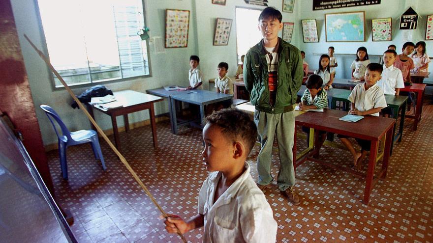 Imagen de archivo: Niños camboyanos estudian inglés en un aula en un orfanato a las afueras de Phnom Penh. Camboya, 15 de diciembre de 2000/ Foto: Andy Eames (AP)