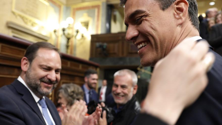 Pedro Sánchez y el secretario de Organización del PSOE, José Luis Ábalos, tras la aprobación de la moción de censura.