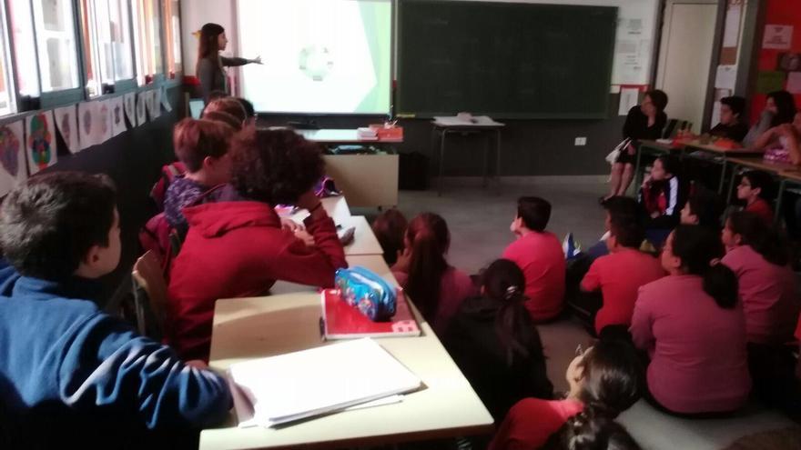 Una charlas informativas sobre la separación de residuos y el reciclaje dirigidas a escolares de Los Llanos de Aridane y El Paso.
