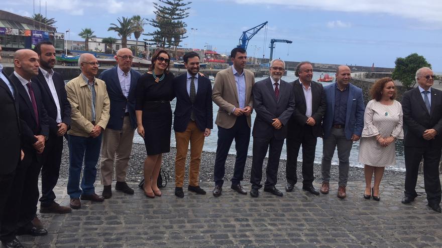 Foto de familia de los asistentes a la cita, con integrantes del PP y de Fepeco, en un punto muy simbólico de la ciudad portuense