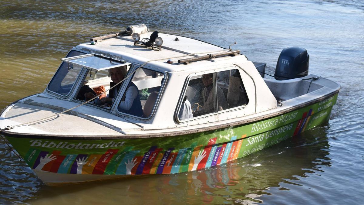 La Bibliolancha navegando las aguas del Delta y llevando libros a chicos, chicas y grandes