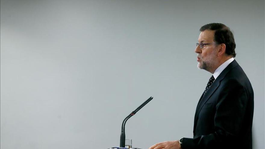 Rajoy avisa a Sánchez de que si gobierna será a las órdenes de Podemos y humillado