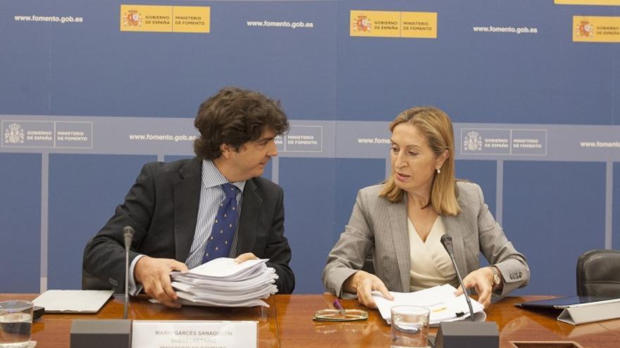 La ministra de Fomento, Ana Pastor, junto al subsecretario de Fomento, Mario Garcés, durante la presentación de los presupuestos del Departamento para el año 2015