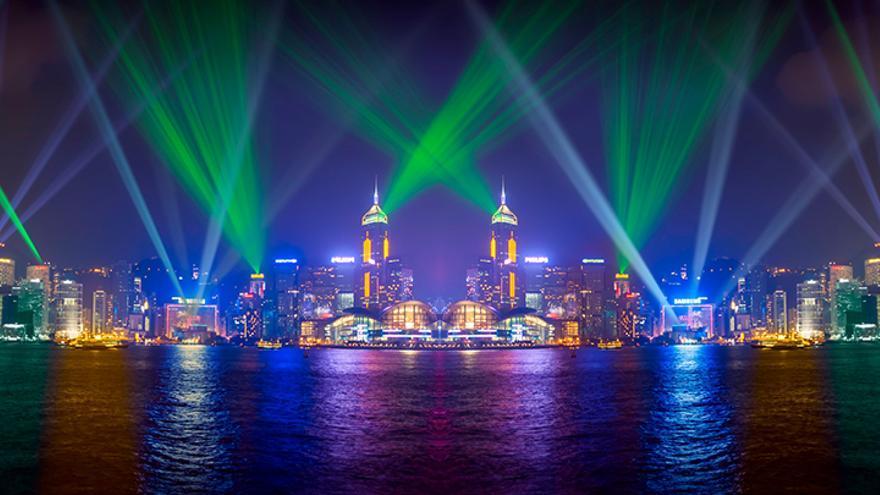 El espectáculo Symphony of Lights desde la bahía de Hong Kong.
