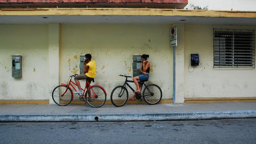 Cubanos hablando por teléfono
