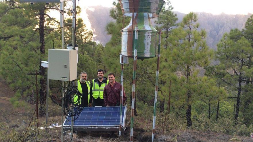 Miembros del IGN  con José Heriberto Lorenzo (técnico del Parque Nacional de La Caldera), en la estación sísmica situada en los altos de El Paso. Foto: IGN.