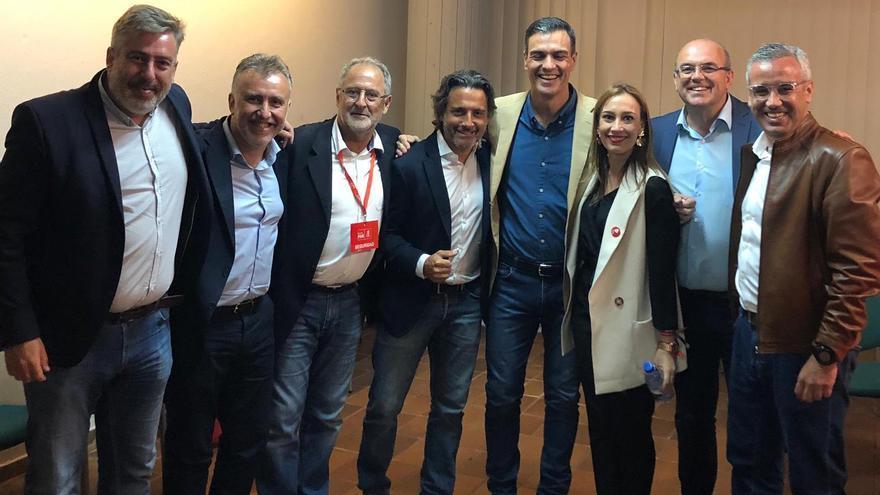 Pedro Sánchez con los socialistas palmeros.