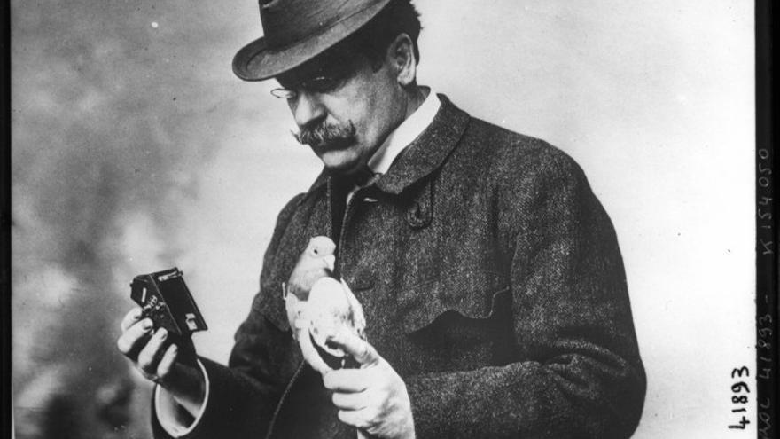 Julius Neubronner, con una de sus palomas y su invento.