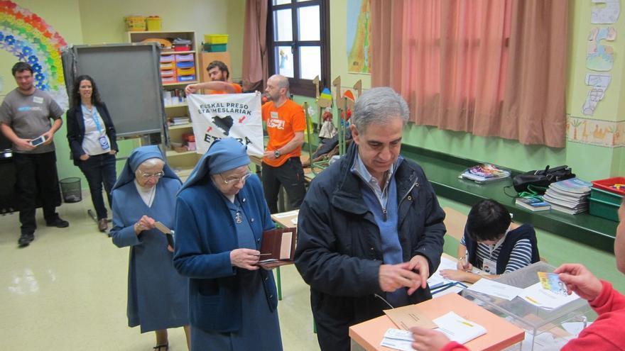 Dos interventores de EH Bildu muestran una pancarta en favor de los presos de ETA cuando votaba Barreda (PP)