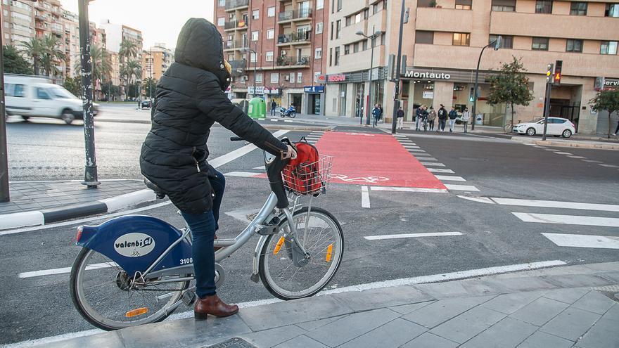 Ciclista en el nuevo tramo de carril bici de la plaza de Manuel Sanchis Guarner