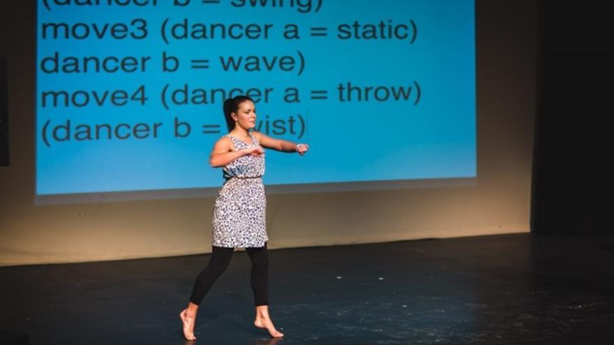 Esta bailarina sigue las órdenes de un código que le marca cuál será su siguiente paso
