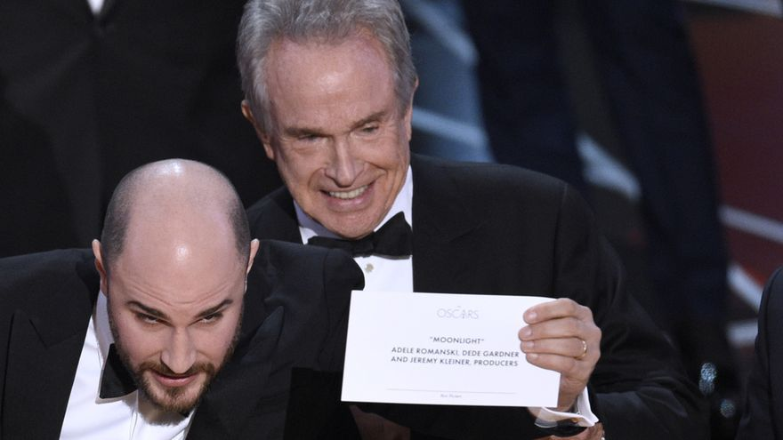 El productor de La La Land, Jordan Horowitz, junto a Warren Beatty, muestra la tarjeta que da como ganadora a mejor película de los Oscar a Moonlight / Chris Pizzello \ AP PHOTO | GTRES