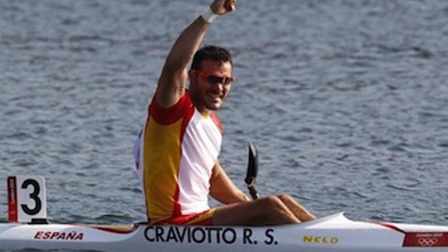 Saúl Craviotto levanta el puño en señal de victoria. (Europa Press)