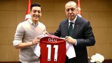 El futbolista Mesut Özil posa junto al presidente turco, Recep Tayyip Erdogan.