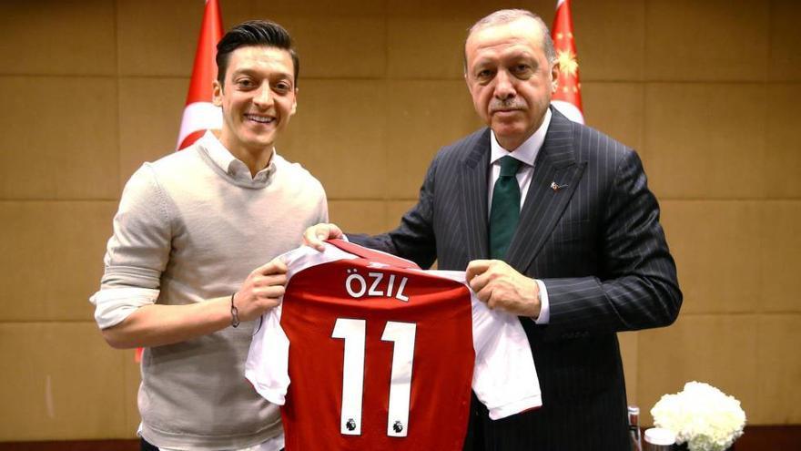 El futbolista Mesut Özil posa en una foto junto al presidente turco, Recep Tayyip Erdogan.