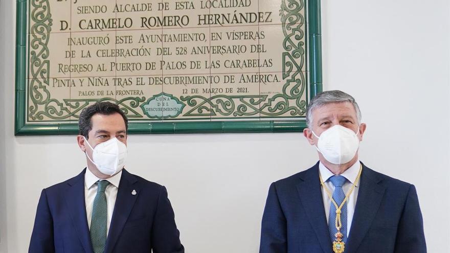 El presidente de la Junta, Juanma Moreno, y el diputado Carmelo Romero