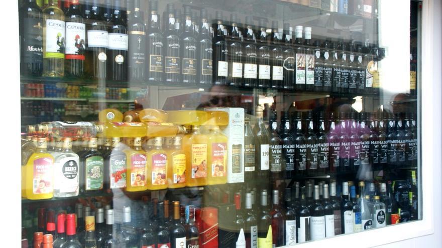 Escaparate con bebidas típicas, como la Poncha, en el centro de Funchal