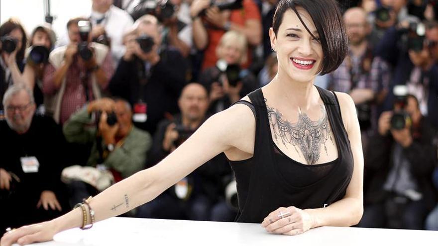 La actriz italiana Asia Argento presenta un libro fotográfico sobre su trayectoria