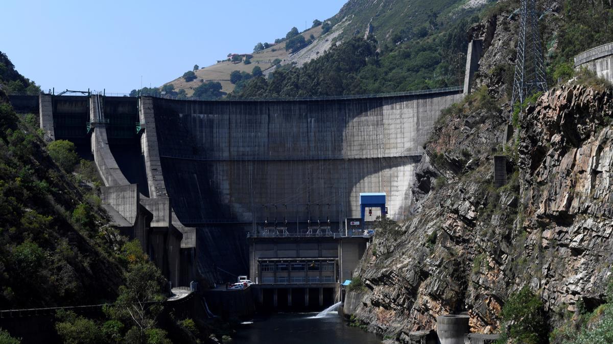Vistas de los alrededores de la central hidroeléctrica de La Barca y que se encuentra situada en el interior de la presa del embalse del mismo nombre. EFE/ELOY ALONSO