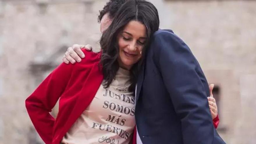 La presidenta de Ciudadanos, Inés Arrimadas, se abraza con el candidato de Cs a la Presidencia de la Comunidad de Madrid, Edmundo Bal, en un acto electoral en Madrid.
